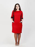 Удобное платье облегающего фасона красиво сидит по фигуре