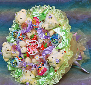 Букет из конфет и мягких игрушек и Киндер-сюрприз