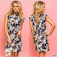 Стильное платье прямого силуэта с глубоким вырезом на спине, декорированное оригинальным цветочным принтом.