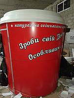 Красный киоск-стакан а с белой крышей
