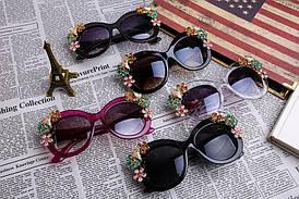 Летние солнцезащитные женские очки в темной оправе с темными линзами с цветами и камнями
