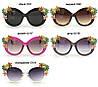 Летние солнцезащитные женские очки в темной оправе с темными линзами с цветами и камнями, фото 2