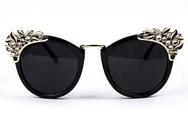 Женские солнцезащитные очки с декором и золотой перекладиной на переносице черные