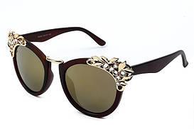 Женские солнцезащитные очки с декором и золотой перекладиной на переносице коричневые