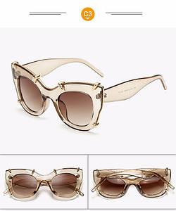 Модные солнцезащитные женские очки в оправе с золотыми лапками светлые