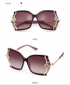 Стильные солнцезащитные крупные женские очки с золотым декором сбоку с розовыми стеклами