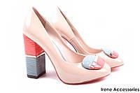 Модельные туфли женские Macllat эко-лак цвет беж с цветным декором (стильный каблук)