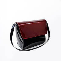 Черная лаковая сумка с красным клапаном