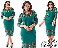 Модное зеленое платье батал с выбитым низом и рукавами. Арт-2102/21