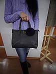 Женская черная сумка с меховым брелком, фото 4