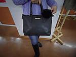 Женская черная сумка с меховым брелком, фото 3