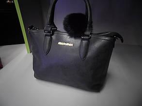 Женская черная сумка с меховым брелком