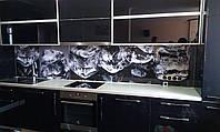 Фартук для кухни из стекла с изображением кубиков льда на заказ.