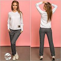 Спортивный костюм: кофта и штаны. Кофта асимметричной длины с функциональными кнопками на плече.