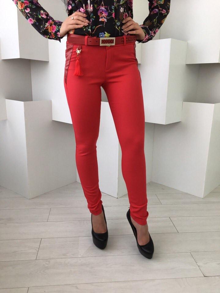 Красные женские брюки с кожаной вставкой