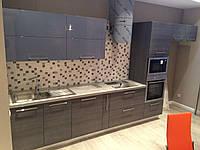 Кухня серая в сочетании с деревянными фасадами