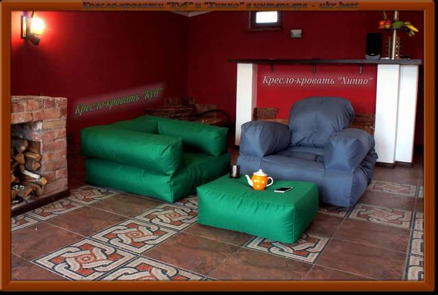 """Дизайнерская бескаркасная мебель от украинского производителя: мягкие кресла """"Хиппо"""" и """"Классик"""", пуфик от которого используется в качестве столика для чая. Фото в интерьере загородного дома, """"UkrBest""""."""
