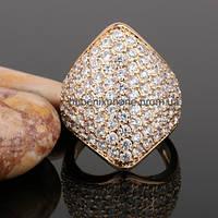 Яркое кольцо с фианитами, покрытое золотом (133320)