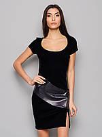 Платье повседневное со вставкой из эко кожи и разрезом слева черного цвета