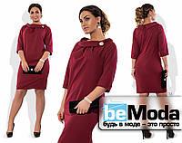 Нарядное женское платье большого размера с оригинальным воротником и брошью в комплекте бордовое