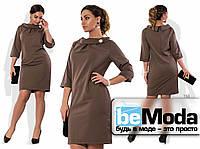 Нарядное женское платье большого размера с оригинальным воротником и брошью в комплекте коричневое