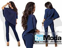 Стильный женский костюм из свободной блузы оригинального кроя и узких брюк  темно-синий