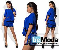 Молодежный женский костюм из оригинальной блузы и коротких шорт с отделкой из экокожи синий
