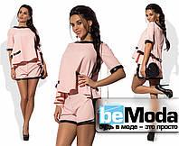 Молодежный женский костюм из оригинальной блузы и коротких шорт с отделкой из экокожи розовый