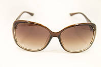 Модные солнцезащитные очки в пластиковой оправе