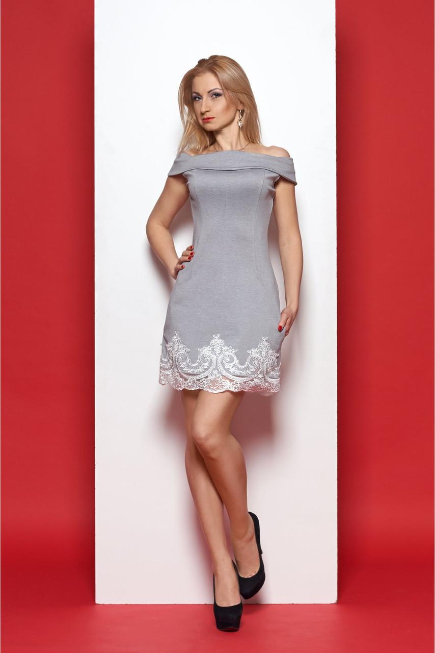 Короткое изумительно красивое элегантное женское платье, украшенное изысканным кружевом