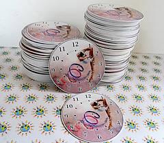 Утверждённый макет отправляется в печать. Изображение печатается на плёнке, ламинируется и наносится на пластик. После этого часы вырезаются.