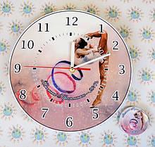 Приятным дополнением к часам может стать значок или магнит в таком же стиле. Его можно положить в коробку с часами.