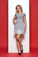 Короткое нарядное платье с открытыми плечами