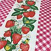 Вафельная ткань с клубникой и клеточкой, ширина 40 см