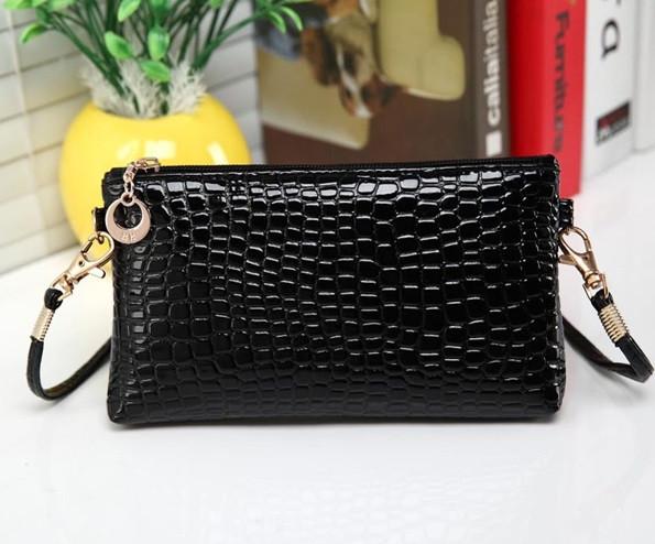 Лаковая сумочка-клатч с ремешком через плечо черная