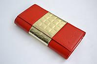Ярко красный кошелек с декоративной вставкой