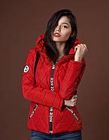 Демисезонная женская куртка красного цвета