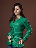 Красивая женская демисезонная курточка ярко-зеленого цвета