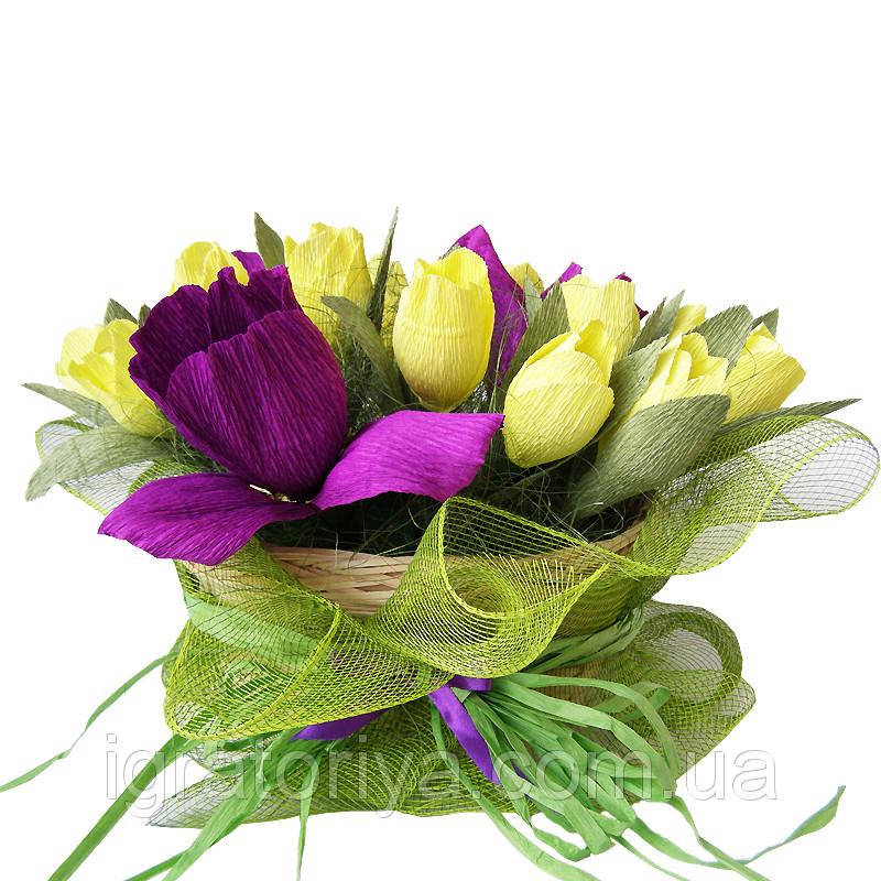 Букет из конфет Корзинка тюльпанов с ирисами