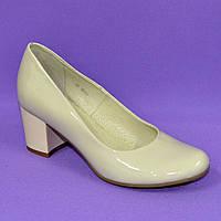 Женские бежевые лаковые туфли на невысоком устойчивом каблуке. 40 размер