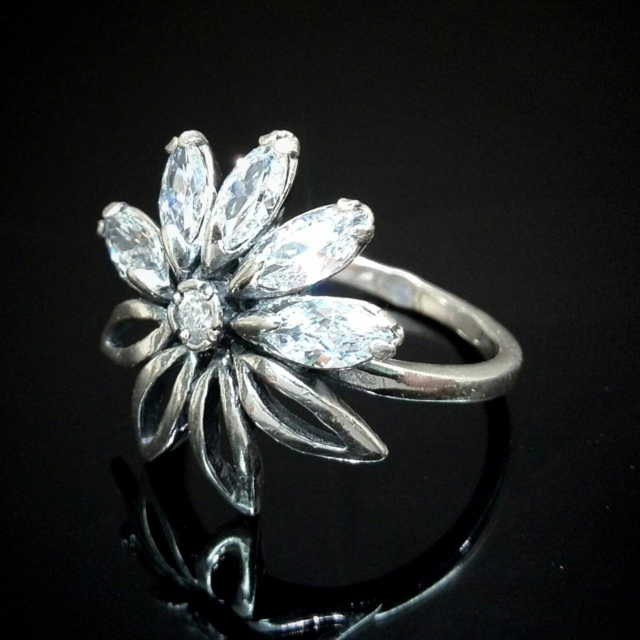 Серебряное кольцо в виде цветка с фианитами, 6 камней