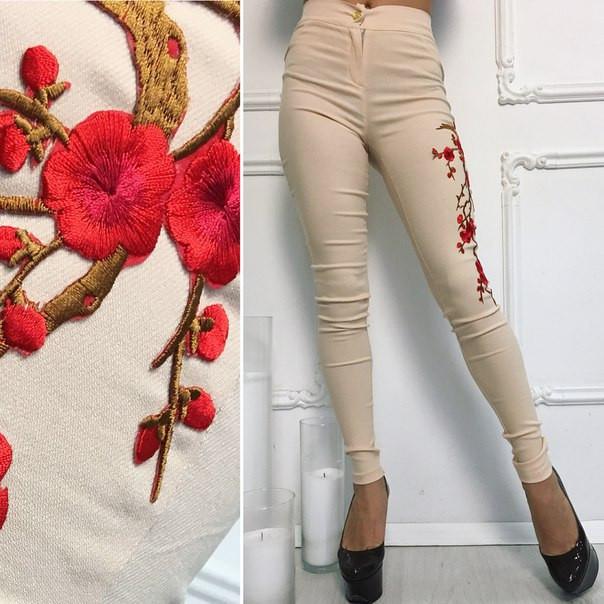 """Узкие женские джинсовые брюки """"Сакура"""" с вышивкой и завышенной талией"""