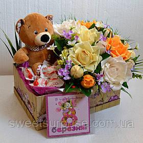 Композиція з цукерок до 8 Березня у подарунковій коробці
