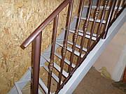 Каркас лестницы с перилами.