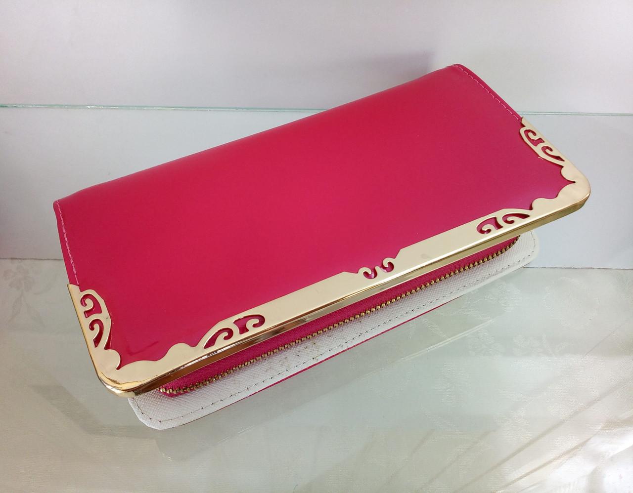 Перламутровый лаковый кошелек розового цвета