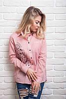 Рубашка украшена принтованным контурным изображением