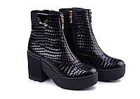 Ботинки женские из натуральной лакированной кожи на каблуке черного цвета