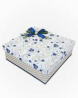 Большая квадратная подарочная коробка ручной работы белого цвета с синим васильком