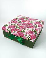 Большая квадратная подарочная коробка ручной работы в зелёном тоне с объёмными цветами