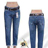 Модные женские джинсы Mom синего цвета с потёртостями.